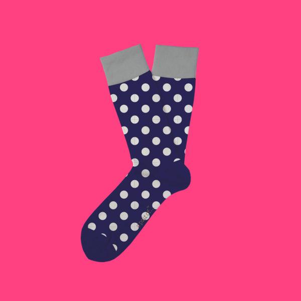 Blå strumpor med stora vita prickar!