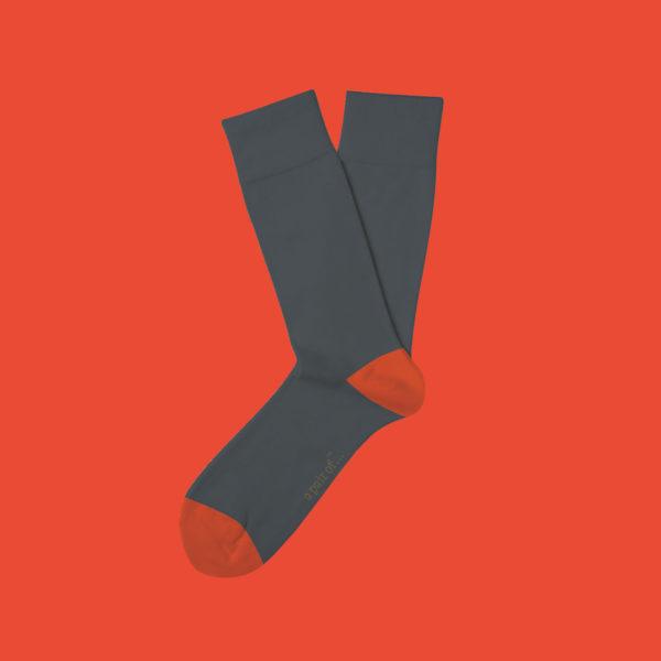 Grå strumpor med orange häl och tå!