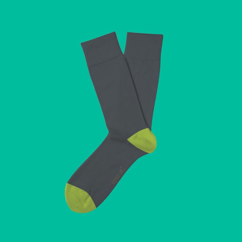 Grå strumpor med grön häl och tå!