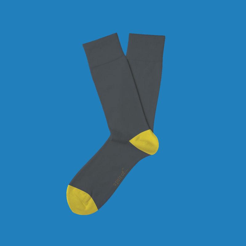 Grå strumpor med gul häl och tå!